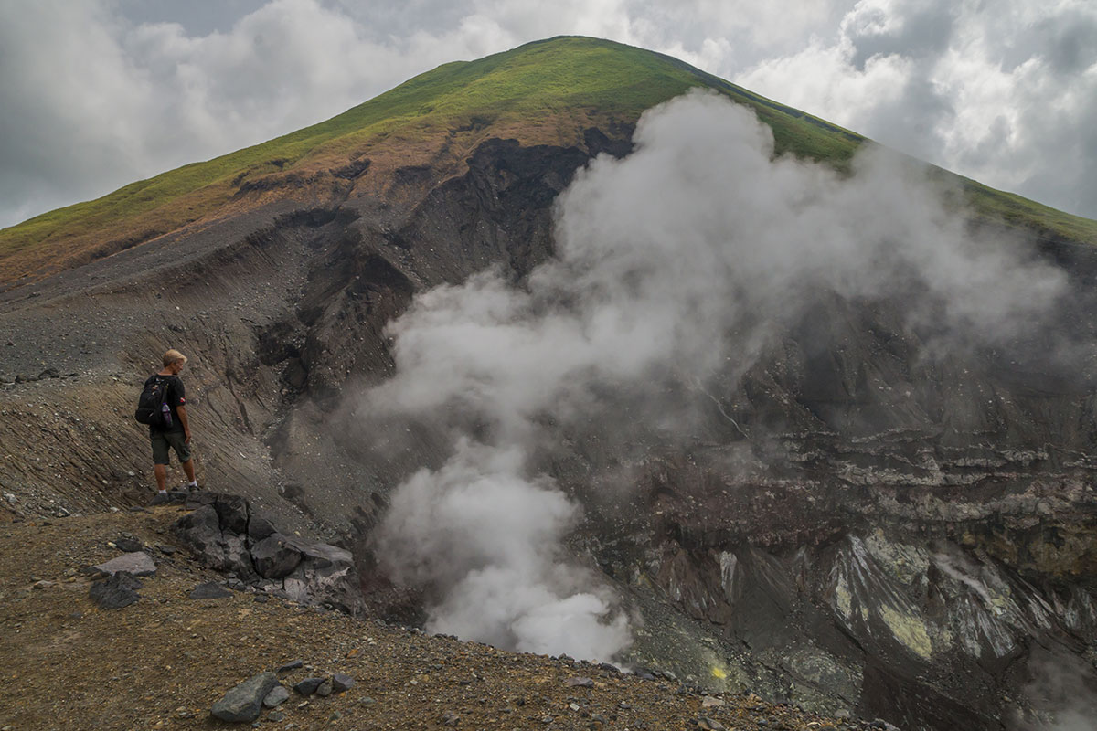 Blick in den Krater des Mt. Lokon, Manado, Indonesia